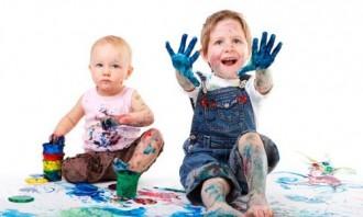 Αγόρια παίζουν με χρώματα