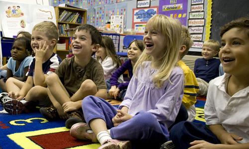 Παιδιά παρακολουθούν μάθημα στο Σχολείο